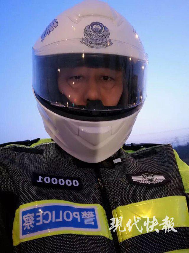 江苏省公安厅厅长晨巡晒自拍 网友强势围观