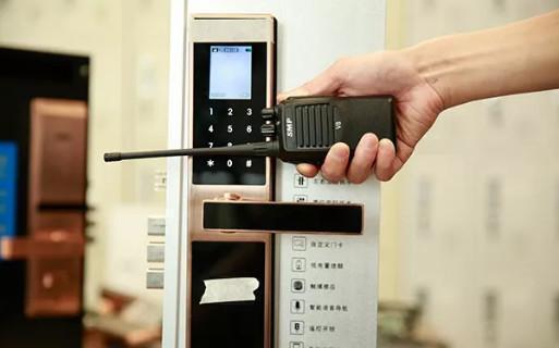 黑龙微信智能锁无惧小黑盒开锁挑战,牢牢守护家门!