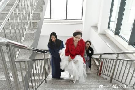 最美意外!女研究生穿婚纱去学校报到_网易新闻