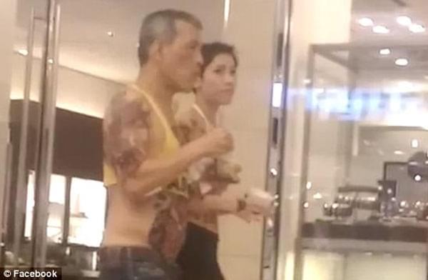 泰国国王和陌生女子慕尼黑逛街 举止亲昵引热议