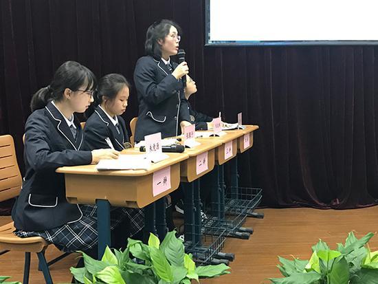 中学生要求获准使用手机 学校组织他们和家长辩论