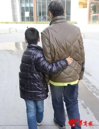 9岁小学生独自照顾重病父亲 每天为父买饭按摩