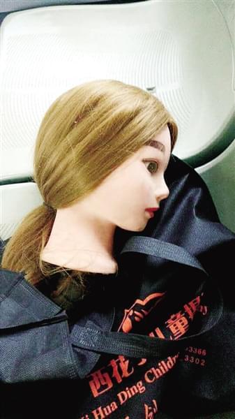 小伙学美发买的塑料模特头 忘在公交上,可把车长吓坏了