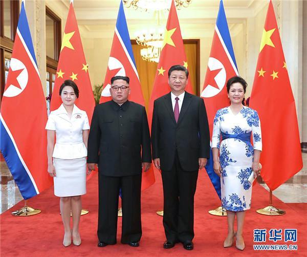6月19日,习近平和夫人彭丽媛在人民大会堂同金正恩和夫人李雪主合影。