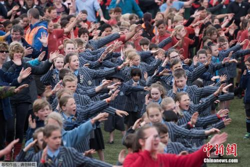 当地时间2016年11月2日,新西兰马斯特顿,约七千名学生聚集公园共跳毛利战舞,欲打破吉尼斯世界纪录。