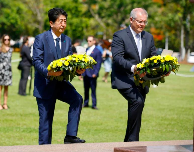 安倍访澳悼念日军空袭死难者:澳总理下跪 安倍下蹲