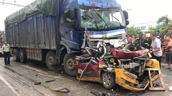 父子三人驾车外出过父亲节 遭大货车追尾全部遇难