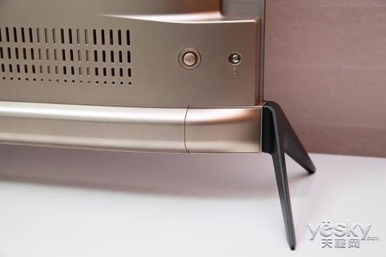 创维oled电视s8的电源开关在背面右部,电源线接口在背面左部,使用的