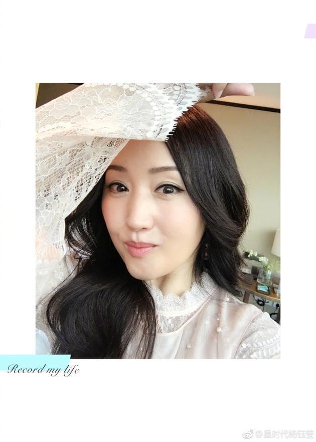 46岁杨钰莹妆容淡雅精致 细眉大眼肤白如雪