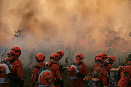 大兴安岭冰与火:战士趴地脸埋土里 大火从身上漫过