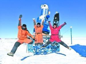 今天年初,参加南极科考队的队员与在南极巡天望远镜AST3-2合影。