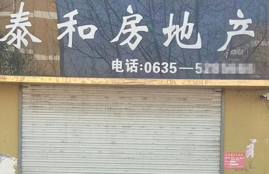 位于县城的售楼部大门紧闭 图/李英强