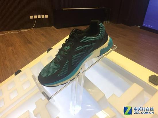 首款搭载intel curie模块智能跑鞋发布