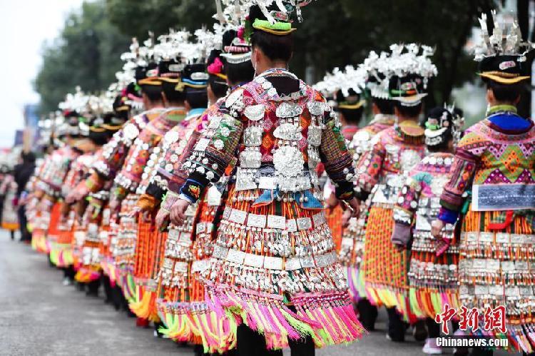 苗族女子盛装舞步展示服饰魅力