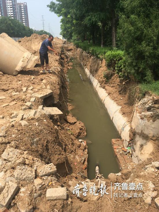 山东滨州一路面塌陷 祖孙掉入雨水管网不幸身亡