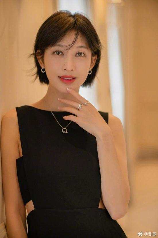 美成漫画脸的李宇春,短发这么拗才对!