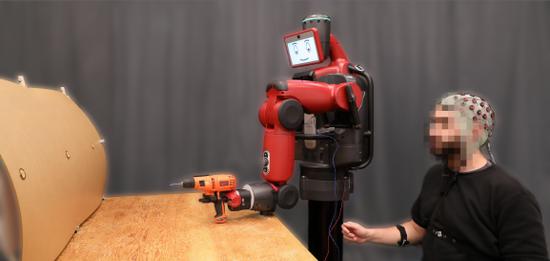 MIT开发出新界面系统 操作员可用思维控制机器人