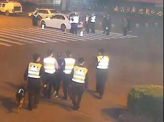 警察追逃犯始终保持5米距离:反正他也跑不过我