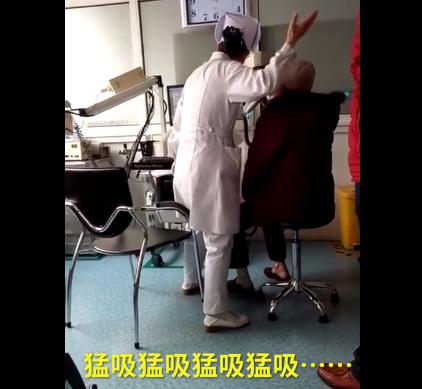 女护士检查动作夸张 为病人当小丑值了