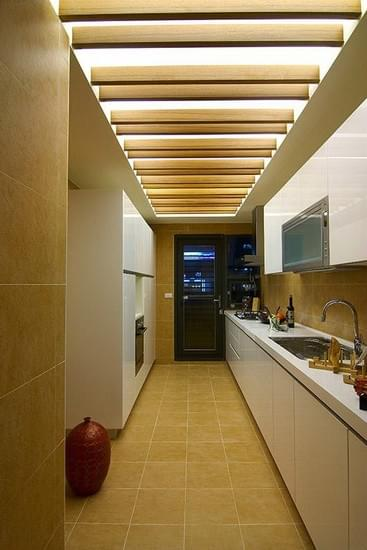 厨房 设计重点:木格栅元素 编辑点评:将木格栅元素沿用在厨房天花板的设计上,呼应本案的整体设计主题。