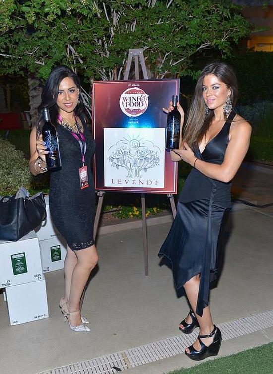 凯瑟琳-马约尔加(右)2014年在拉斯维加斯做品牌推广员工作