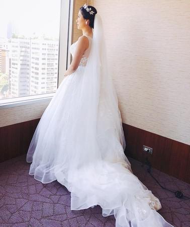 照片中,可以看到陈建州的妹妹扎起头发,戴上花冠,发型素雅有气质,身