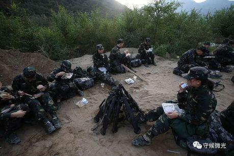 营员们席地而坐吃早餐。