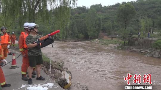 山西一村庄遭洪水围困 消防员强渡激流救出19人