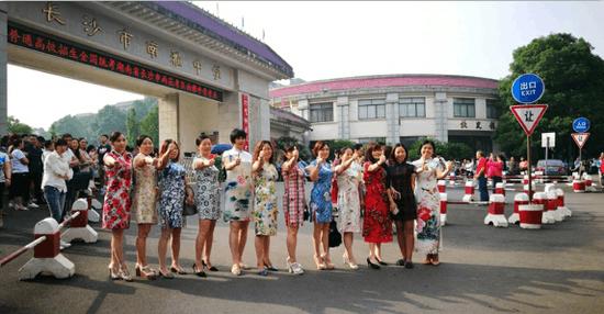 高考首日 又见旗袍妈妈团为学子们考场助阵!