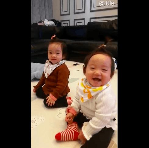 """杨云晒双胞胎女儿""""豪放""""大笑 笑眼弯弯似杨威"""