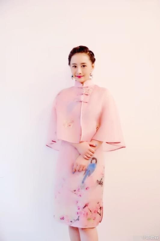 陈德容着粉色旗袍与粉丝合影 笑容甜美气质温婉