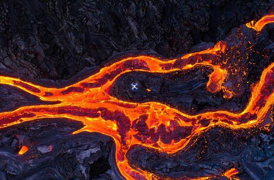 惊魂!游客坐船看火山 熔岩炸弹落下砸伤23人