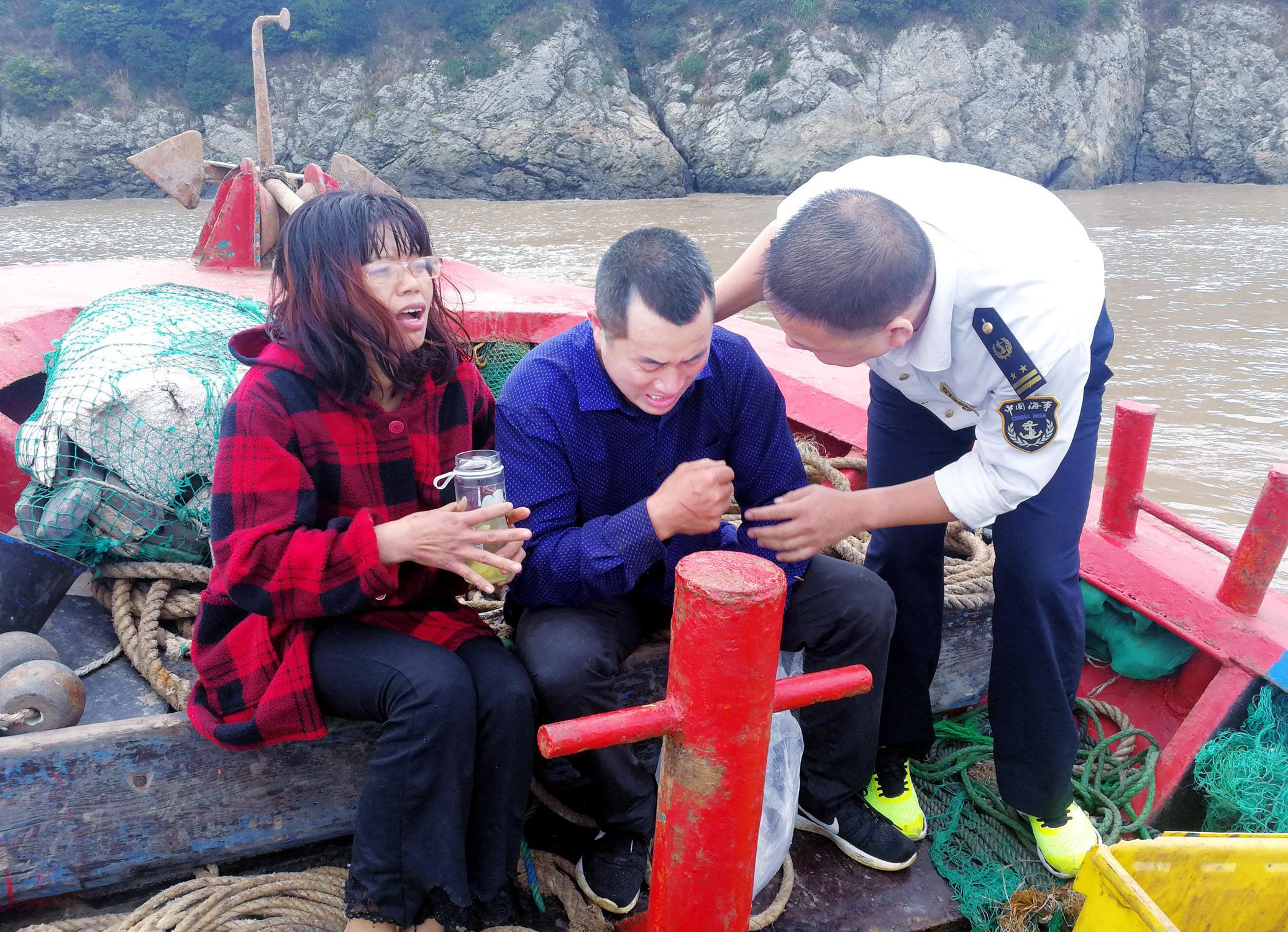浙江货船失事船员夫妻落海:相互鼓励漂一夜到小岛