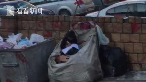 土耳其11岁女孩坐垃圾堆读书 7兄妹只有1人能上学