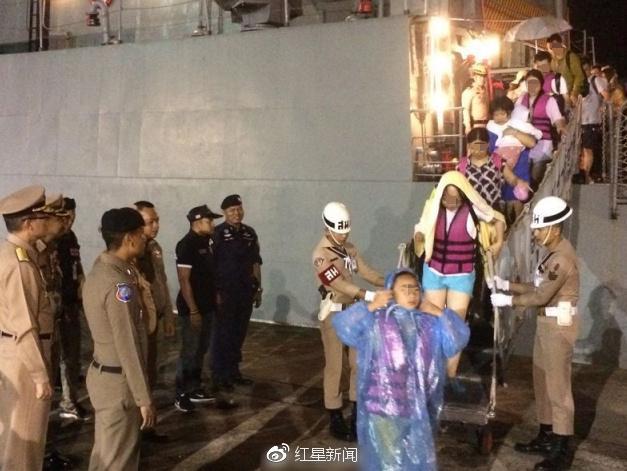 游客们正在下船(图自:泰国网)