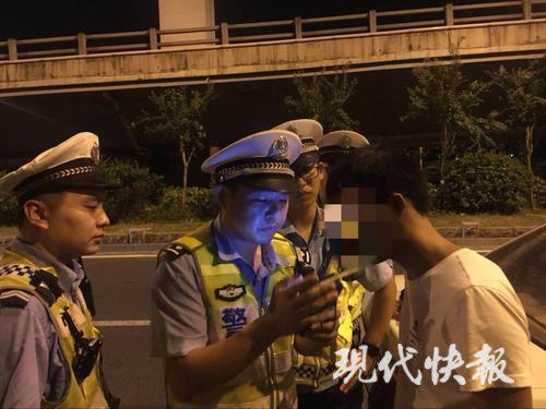"""酒駕男子棄車逃跑 """"最執著""""交警狂奔2公里將其拿下"""