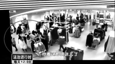 18名妇女背小孩掩护分工合作专盗服装店