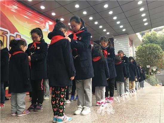 五年级学生为新队员佩戴红领巾 韦娜 摄.jpg