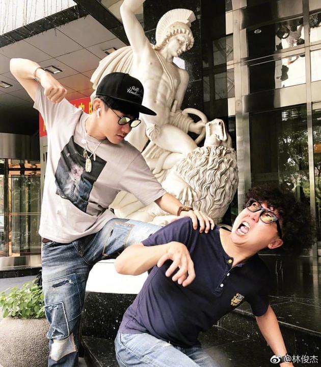 """林俊杰模仿雕像街头""""暴打""""经纪人"""
