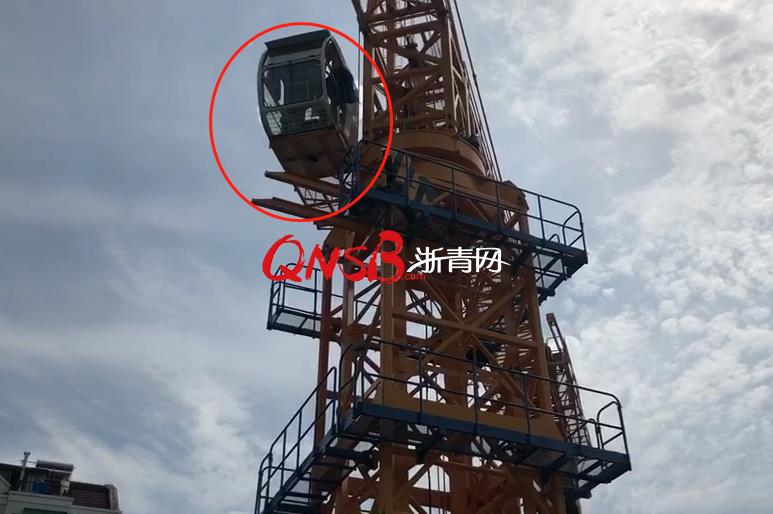 """中学男生孤立爬上30米高的塔吊看景致,到顶后吓""""瘫""""无法拨打119寻求援"""