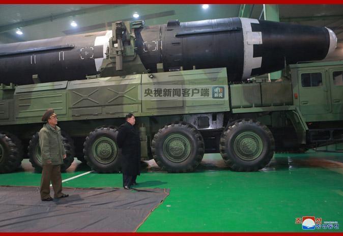 金正恩视察朝洲际弹道导弹发射车轮胎生产工厂