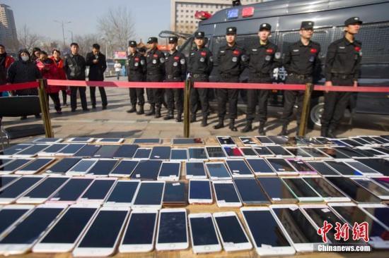 3月2日,山西太原警方发还民众被盗手机。近日,太原市公安局侦破一个手机扒窃犯罪团伙,破获案件200余起,追缴手机180余部。张云 摄