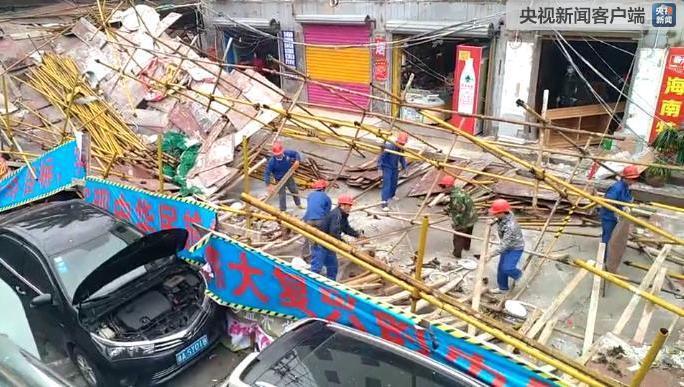 海口一临街工地脚手架坍塌致4人受伤 多车被砸