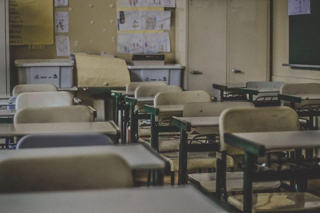 女教师阻拦高铁关门:漠视规则,是多少人的通病