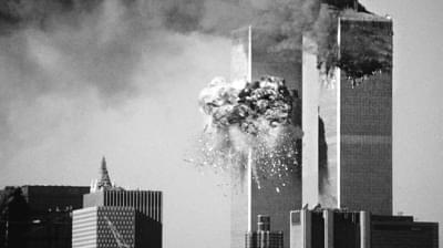 美国纽约世贸中心双子塔被撞起火