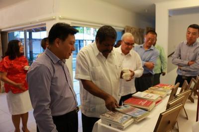 """张维欣向来宾介绍了我社会经济发展情况和""""十三五""""规划,指出中国的发展将给包括荷属加勒比地区在内的世界各国各地区提供很多合作良机,希库政府进一步提供签证便利和优惠政策,促进合作共赢。表示愿与库方一道,推动双方友好关系继续向前发展,不断丰富中荷开放务实的全面合作内涵。"""