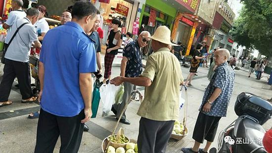 城管执法不当致卖菜老人摔倒在地 官方:已停职