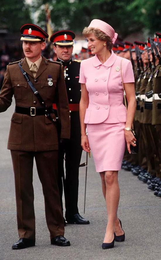 职场女性必备套装裙 这个秋天你应该穿这件