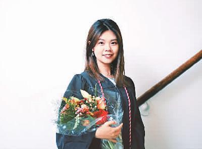 中国侨网陈绎因从15岁起就在美国读书,也曾遇到过很多口语问题。通过努力,如今的她能像当地学生一样在课堂报告中侃侃而谈。图为她在毕业典礼当天。也是在同一天,她决定学成回国,在国内一家企业开始自己的职业生涯。