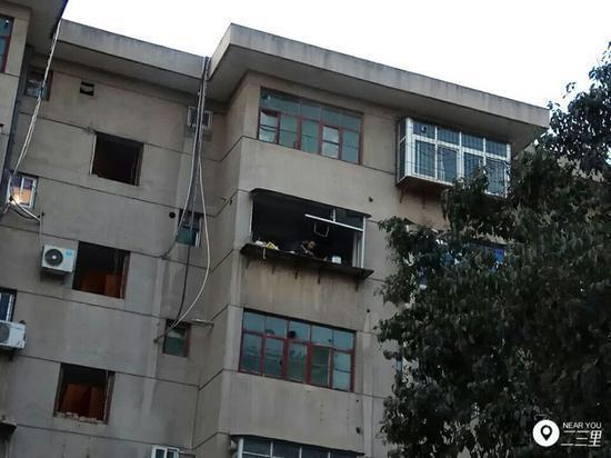 网友提供的一张图片显示,爆炸发生后一男子趴在窗台上观望(图片来源:二三里)